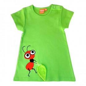 Grön barnklänning med röd myra som släpar på ett blad.